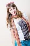 Mujer hermosa encantadora joven en la camiseta blanca de los vaqueros con los vidrios de la bufanda en la cabeza que mira hacia Imagen de archivo libre de regalías