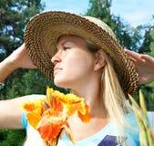 Mujer hermosa encantadora que goza del sol Fotos de archivo