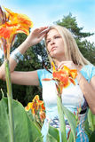 Mujer hermosa encantadora que goza del sol Imagen de archivo libre de regalías