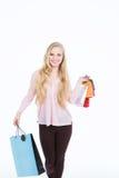 Mujer hermosa feliz con los panieres coloridos en sus manos Imagen de archivo libre de regalías