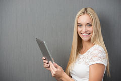 Mujer hermosa feliz con una tableta-PC Fotos de archivo libres de regalías