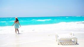 Mujer hermosa feliz el vacaciones de verano en la playa blanca Muchacha feliz que camina en vestido del verano metrajes