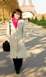 Mujer hermosa feliz en París, recorriendo Imágenes de archivo libres de regalías