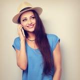 Mujer hermosa feliz en sombrero que habla en el teléfono móvil con smilin Imagenes de archivo