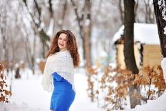Mujer hermosa feliz que camina en invierno Imagen de archivo