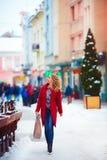 Mujer hermosa feliz que camina en la calle apretada en invierno Imagen de archivo libre de regalías