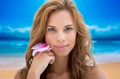 Mujer hermosa feliz que disfruta de vacaciones de verano fotos de archivo libres de regalías