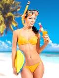 Mujer hermosa feliz que goza en la playa fotos de archivo libres de regalías
