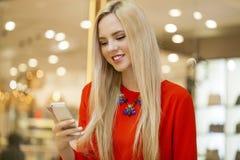 Mujer hermosa feliz que llama por el teléfono Fotos de archivo libres de regalías