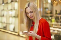Mujer hermosa feliz que llama por el teléfono Imágenes de archivo libres de regalías