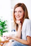 Mujer hermosa feliz que se relaja y que sonríe Fotografía de archivo libre de regalías