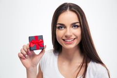 Mujer hermosa feliz que sostiene la pequeña caja de regalo Foto de archivo libre de regalías