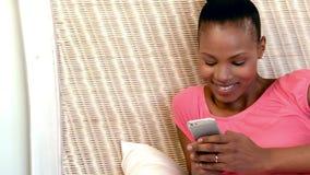 Mujer hermosa feliz que usa el teléfono móvil metrajes