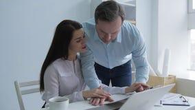 Mujer hermosa fliting con el colega en oficina almacen de metraje de vídeo