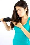 Mujer hermosa infeliz sobre su pelo largo Fotos de archivo