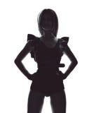 Mujer hermosa joven atractiva que plantea el baile en negro casual del paño Imágenes de archivo libres de regalías