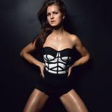 Mujer hermosa joven atractiva que plantea el baile en negro casual del paño Fotos de archivo