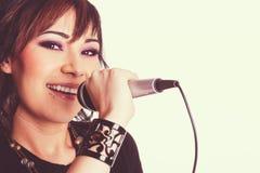 Mujer hermosa joven cantante Imagen de archivo libre de regalías