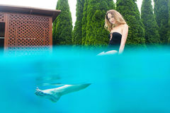Mujer hermosa joven cerca de la piscina Imágenes de archivo libres de regalías