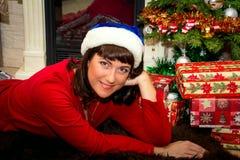 Mujer hermosa joven cerca del árbol de navidad Fotos de archivo