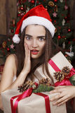 Mujer hermosa joven cerca del árbol del Año Nuevo Foto de archivo libre de regalías