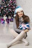 Mujer hermosa joven cerca del árbol del Año Nuevo Imágenes de archivo libres de regalías