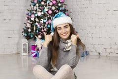 Mujer hermosa joven cerca del árbol del Año Nuevo Fotografía de archivo libre de regalías
