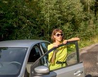 Mujer hermosa joven cerca del coche Fotos de archivo