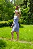 Mujer hermosa joven con el jarro en la pista Imagen de archivo