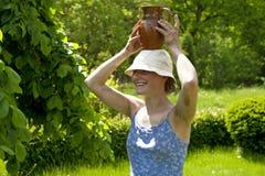 Mujer hermosa joven con el jarro en la pista Foto de archivo libre de regalías