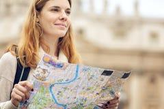 Mujer hermosa joven con el mapa imagen de archivo libre de regalías