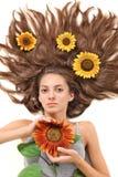Mujer hermosa joven con el pelo largo dispersado foto de archivo libre de regalías