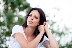 Mujer hermosa joven con el pelo moreno Imagen de archivo libre de regalías