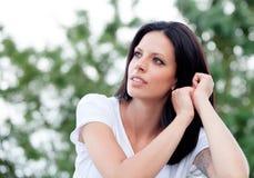 Mujer hermosa joven con el pelo moreno Imagenes de archivo