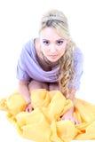 Mujer hermosa joven con el pelo rizado largo Imagen de archivo libre de regalías