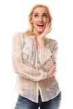 Mujer hermosa joven con el pelo rubio que sonríe sobre el backgro blanco Foto de archivo libre de regalías