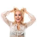 Mujer hermosa joven con el pelo rubio que sonríe sobre el backgro blanco Imagen de archivo libre de regalías