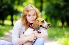 Mujer hermosa joven con el perro del beagle imagen de archivo libre de regalías