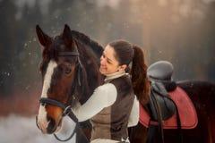 Mujer hermosa joven con el retrato al aire libre del caballo en el día de primavera fotos de archivo libres de regalías