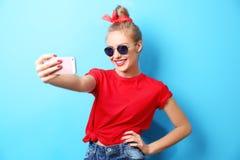 Mujer hermosa joven con el teléfono elegante en fondo Fotos de archivo