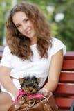 Mujer hermosa joven con el terrier de yorkshire Fotografía de archivo libre de regalías