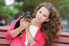 Mujer hermosa joven con el terrier de yorkshire Fotos de archivo