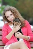 Mujer hermosa joven con el terrier de yorkshire Foto de archivo libre de regalías