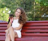 Mujer hermosa joven con el terrier de yorkshire Fotografía de archivo