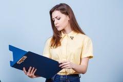 Mujer hermosa joven con la carpeta Imágenes de archivo libres de regalías