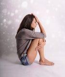 Mujer hermosa joven con la depresión en fondo abstracto Fotografía de archivo libre de regalías