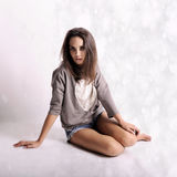Mujer hermosa joven con la depresión en fondo abstracto Fotos de archivo libres de regalías