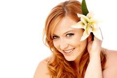 Mujer hermosa joven con la flor Foto de archivo