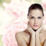Mujer hermosa joven con la piel sana Imagen de archivo libre de regalías