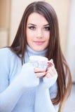 Mujer hermosa joven con la taza en el país Imagen de archivo libre de regalías